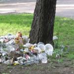 """Виїзні торговці залишили купу """"святкового"""" сміття у парку Шевченка [ФОТО]"""