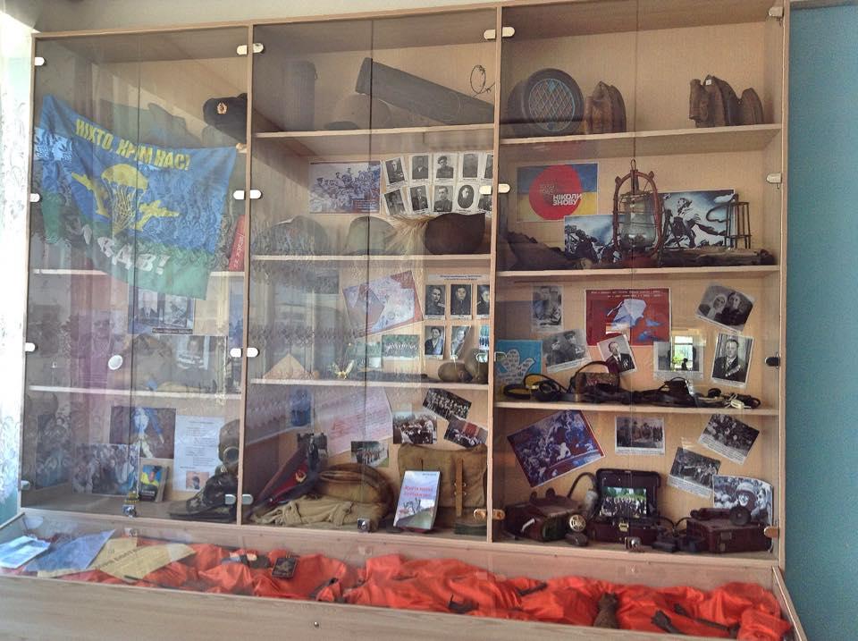У гімназії декілька відкритих музеїв прямо у шкільних коридорах. Ось цей – присвячений Другій світовій війні та трохи – україно-російській війні