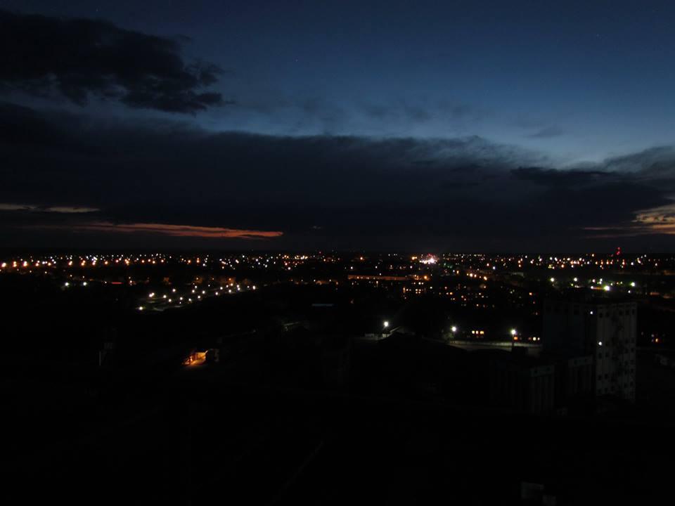 Вечірнє місто із наймищої житлової будівлі
