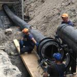 Комунальники розпочали вкладання труби на аварійній ділянці водовідведення [ФОТО, ВІДЕО]