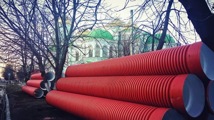 Частину придбаних труб золотонісці вже можуть бачити на центральній вулиці. З 26 січня розпочинається активний етап реконструкції.