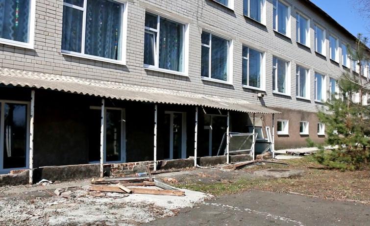 У школі вже поставили пластикові вікна, завезли нові меблі, втім, роботи ще багато